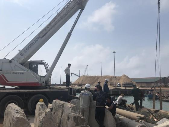 Hai tàu cá của ngư dân bị chìm ở khu vực cảng biển Vũng Áng ảnh 5