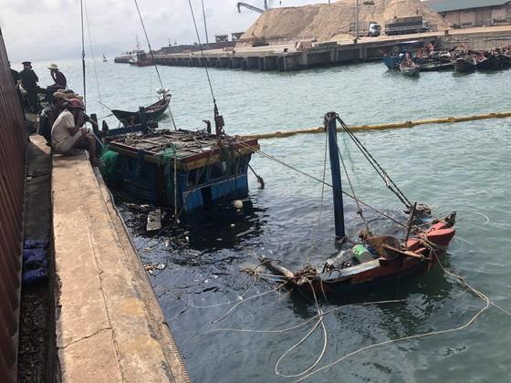 Hai tàu cá của ngư dân bị chìm ở khu vực cảng biển Vũng Áng ảnh 1