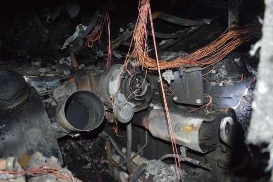 Xe ô tô khách bốc cháy trên Quốc lộ 8A ảnh 2