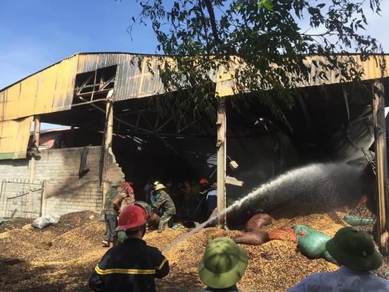 Cháy lớn tại cơ sở thu mua chế biến nông sản ảnh 1