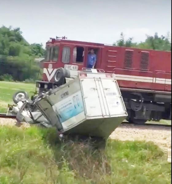 Tàu hỏa va chạm với ô tô tải trên đường sắt Bắc - Nam, 1 người bị thương nặng ảnh 1
