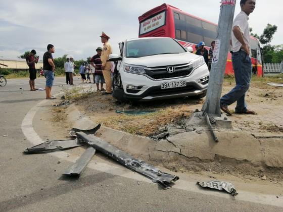 Va chạm giữa xe khách và ô tô 7 chỗ khiến 2 người bị thương ảnh 6