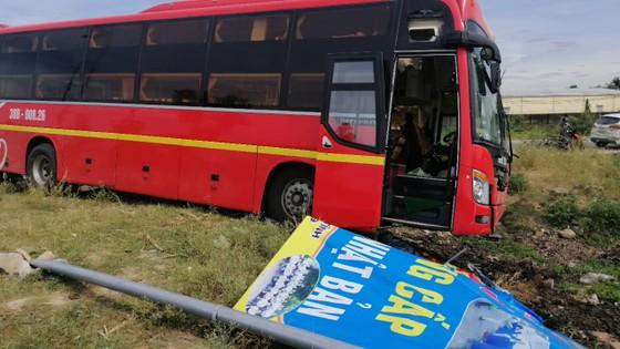 Va chạm giữa xe khách và ô tô 7 chỗ khiến 2 người bị thương ảnh 3