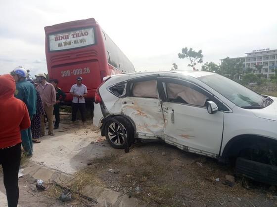 Va chạm giữa xe khách và ô tô 7 chỗ khiến 2 người bị thương ảnh 8