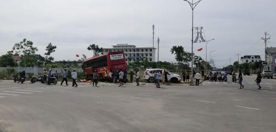 Va chạm giữa xe khách và ô tô 7 chỗ khiến 2 người bị thương ảnh 2