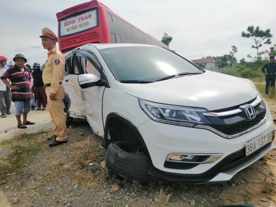 Va chạm giữa xe khách và ô tô 7 chỗ khiến 2 người bị thương ảnh 11