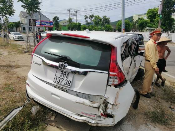 Va chạm giữa xe khách và ô tô 7 chỗ khiến 2 người bị thương ảnh 5