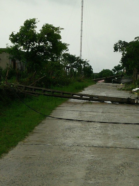 Hà Tĩnh: Lốc xoáy làm 2 người bị thương, nhiều nhà dân bị tốc mái ảnh 3
