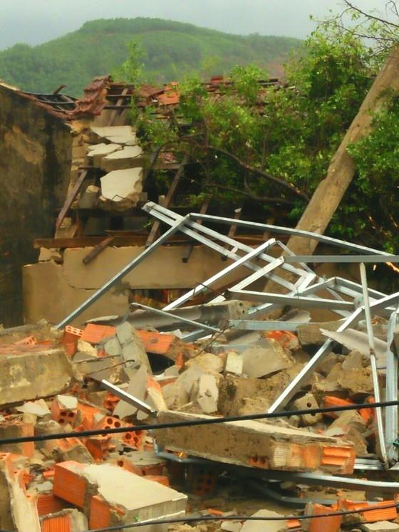 Hà Tĩnh: Lốc xoáy làm 2 người bị thương, nhiều nhà dân bị tốc mái ảnh 1