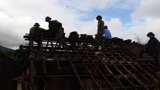 Giúp các hộ dân sớm khắc phục thiệt hại do lốc xoáy ở Hà Tĩnh ảnh 5