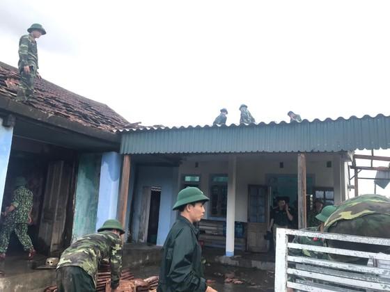 Giúp các hộ dân sớm khắc phục thiệt hại do lốc xoáy ở Hà Tĩnh ảnh 8