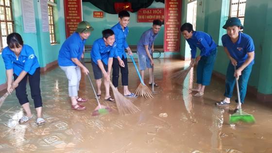 Nhiều xã miền cao ở Hà Tĩnh tranh thủ nắng ráo, dọn dẹp sau lũ rút ảnh 2