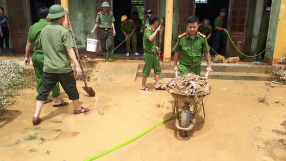 Nhiều xã miền cao ở Hà Tĩnh tranh thủ nắng ráo, dọn dẹp sau lũ rút ảnh 3