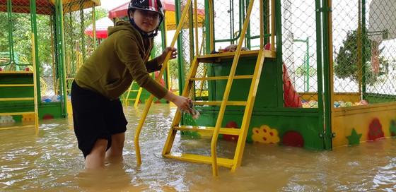 Nhiều xã miền cao ở Hà Tĩnh tranh thủ nắng ráo, dọn dẹp sau lũ rút ảnh 7
