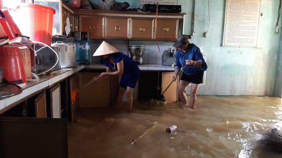 Nhiều xã miền cao ở Hà Tĩnh tranh thủ nắng ráo, dọn dẹp sau lũ rút ảnh 10