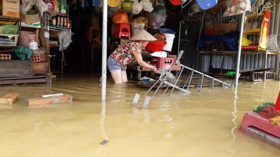 Nhiều xã miền cao ở Hà Tĩnh tranh thủ nắng ráo, dọn dẹp sau lũ rút ảnh 11
