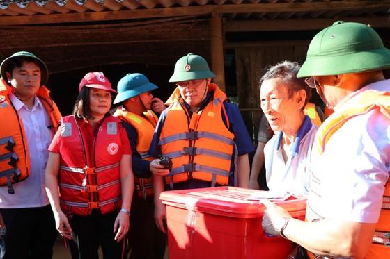 Phó Thủ tướng Vương Đình Huệ động viên, thăm hỏi người dân vùng lũ Hà Tĩnh ảnh 1