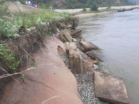 Đê chắn sóng ven biển ở Hà Tĩnh bị sạt lở sau mưa lũ ảnh 2