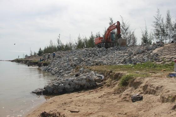 Khắc phục sự cố sạt lở đê biển xung yếu ở Hà Tĩnh ảnh 8