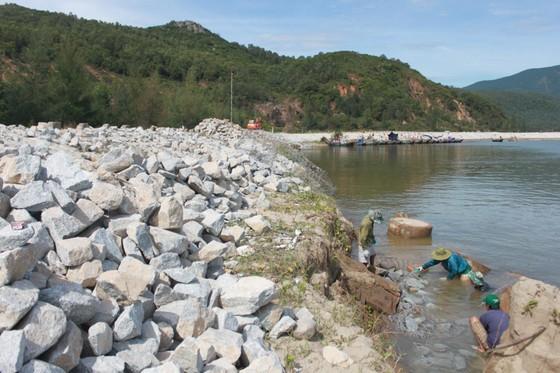 Khắc phục sự cố sạt lở đê biển xung yếu ở Hà Tĩnh ảnh 3