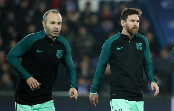 Lionel Messi (phải) và Andres Iniesta trên sân tập.
