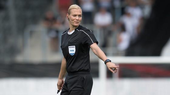 Trọng tài Bibiana Steinhaus sẽ đi vào lịch sử với tư cách là người phụ nữ đầu tiên điểu khiển các trận đấu ở Bundesliga.