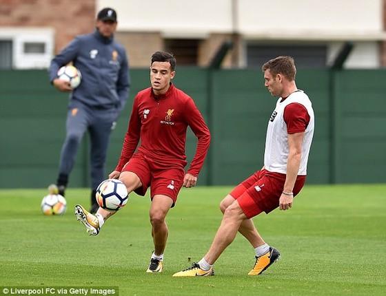 Philippe Coutinho (phải) trên sân tập Liverpool hôm thứ năm.
