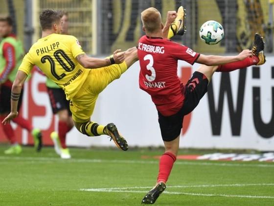 Dortmund (trái) đã hoàn toàn bất lực trong việc tìm kiếm mành lưới của Freiburg