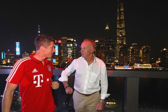 Robert Lewandowski (trái) sẽ gặp rắc rối với ông Karl-Heinz Rummenigge về chuyện chỉ trích CLB. Ảnh: Getty Images