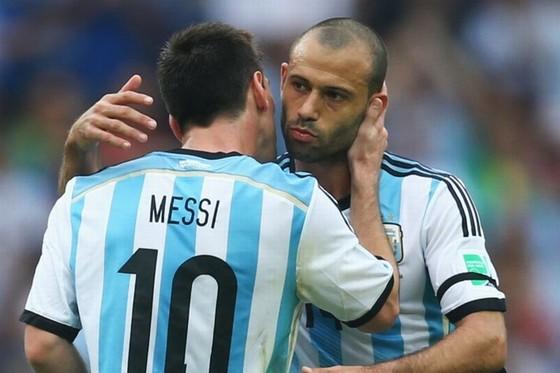 Messi sợ Mascherano không có suất trong đội tuyển Argentina. Ảnh: Getty Images