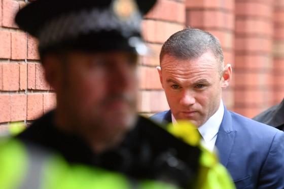 Wayne Rooney trên đường đến tòa. Ảnh: Getty Images