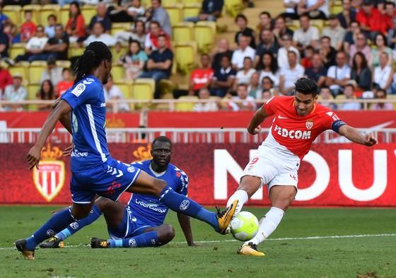 Cú dứt điểm đã mang lại cho Radamel Falcao (phải) bàn thắng thứ 9 ở Ligue 1 mùa này. Ảnh: Getty Images