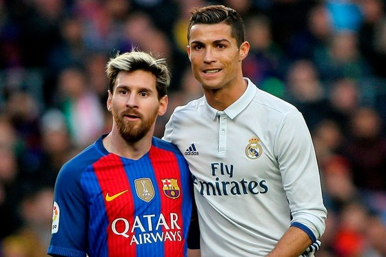Lionel Messi (trái) và Cristiano Ronaldo đang chia sẻ kỷ lục 10 năm liền góp mặt trong đội hình. Ảnh: Theo Mirror