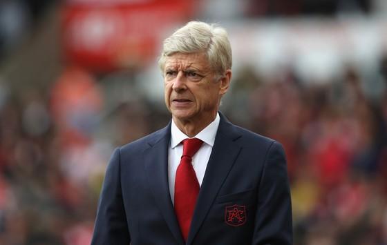 Arsene Wenger giờ sẽ phải chiến đấu hết sức mới hy vọng trở lại với Champions League. Ảnh: Getty Images