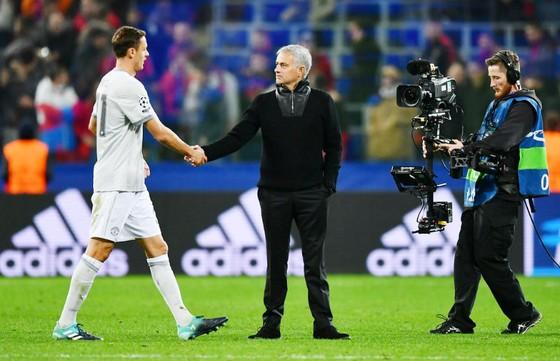Jose Mourinho ra sân để chúc mừng cầu thủ sau trận đấu. Ảnh: Getty Images