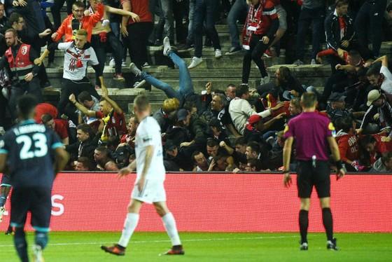 Hàng rào của sân Licorne bị sập trước sức ép từ các CĐV của Lille. Ảnh: Getty Images