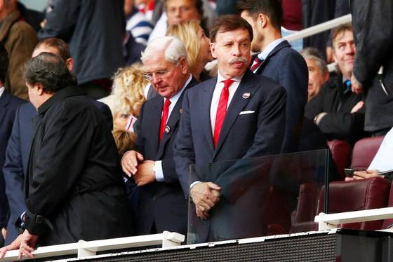 """Stan Kroenke (phải) đang trở thành """"kẻ thù"""" của chính CĐV Arsenal. Ảnh: Getty Images"""
