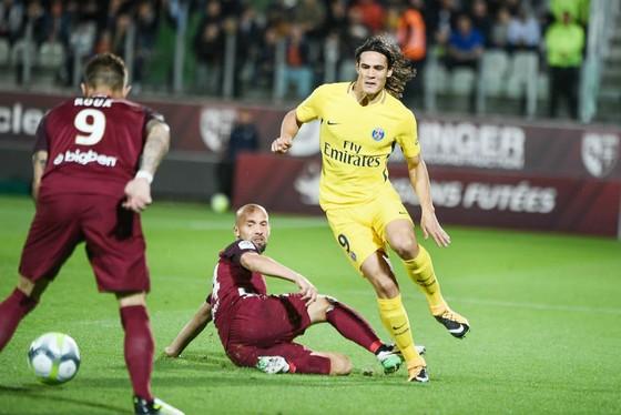 Do chỉ mới quay trở về từ đợt thi đấu quốc tế, tiền đạo Edinson Cavani (phải) sẽ được HLV Unai Emery cho nghỉ ngơi ở trận đấu với Dijon. Ảnh: Getty Images