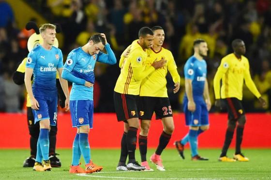 Hình ảnh rệu rã của cầu thủ Arsenal bên cạnh niềm vui chiến thắng của cầu thủ Watford (áo vàng). Ảnh: Getty Images