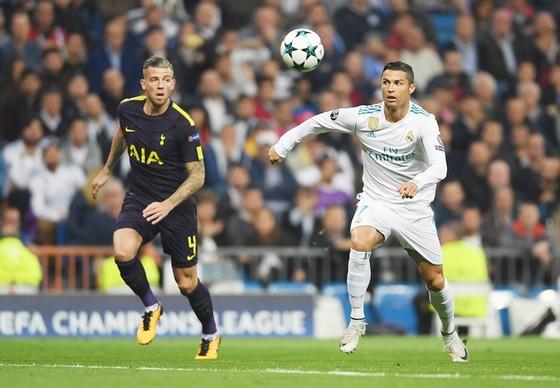 Ronaldo (trắng) ghi bàn, nhưng Real vẫn chia điểm. Ảnh: Getty Images