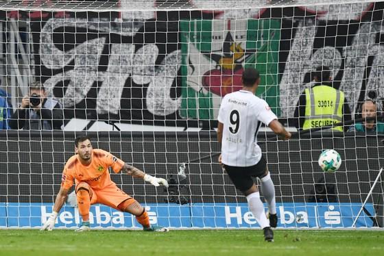 Một trong 2 bàn thua đã khiến Dortmund (trái) để vuột mất chiến thắng trước Frankfurt. Ảnh: Getty Images