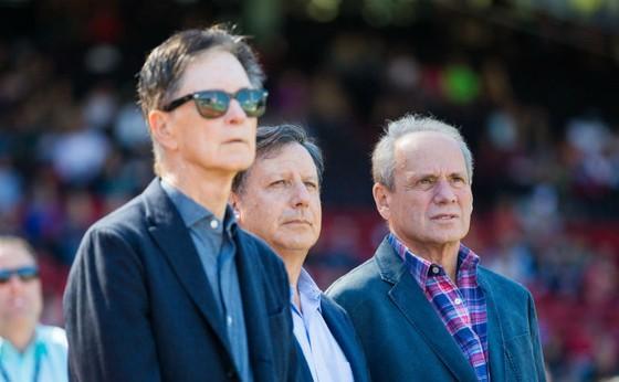 Tom Werner (giữa) bên cạnh ông chủ John Henry (ngoài cùng bên trái). Ảnh: Getty Images