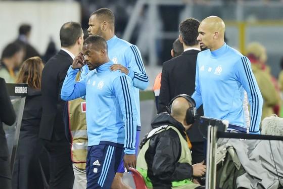 Patrice Evra được đồng đội can ngăn và rời sân sau rắc rối. Ảnh: Getty Images