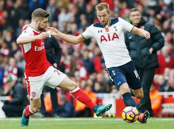 Cuộc chiến ở Emirates mang tính chất sống còn với cả Tottenham (phải) và Arsenal. Ảnh: Getty Images