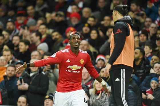 Paul Pogba mừng bàn thắng trước sự quan sát của Zlatan Ibrahimovic. Ảnh: Getty Images