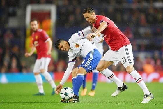 Man.United (đỏ) hướng đến chiến thắng trước Basel. Ảnh: Getty Images.