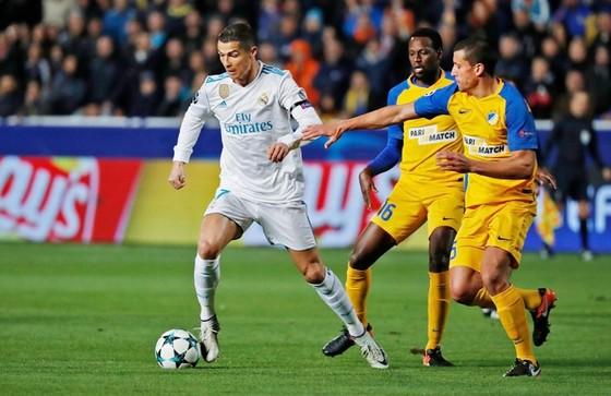 Ronaldo (trắng) lập cú đúp trong chiến thắng của Real. Ảnh: Getty Images.