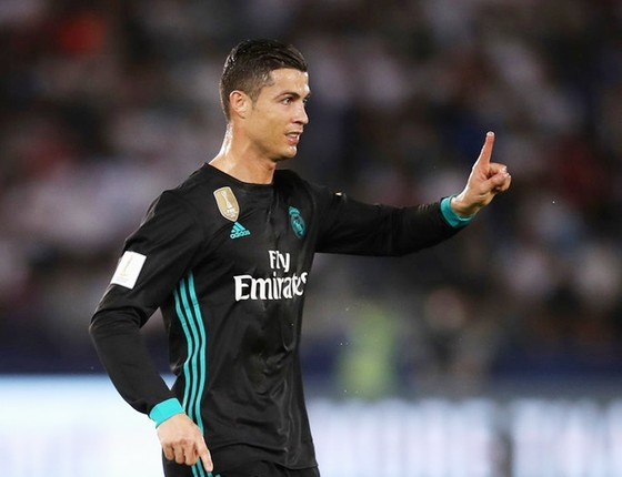 Ronaldo bực tức khi CĐV gọi tên Messi. Ảnh: Getty Images