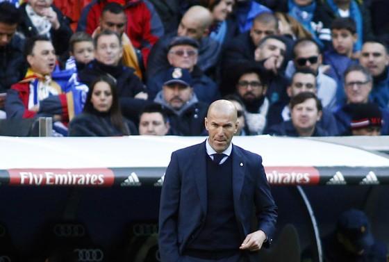 Tương lai Zidane được đảm bảo, Benzema (trắng) thì không. Ảnh: Getty Images