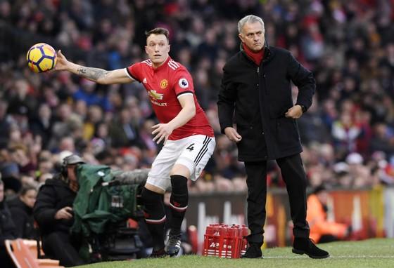 Jose Mourinho (phải) sẽ tiếp tục không mua cầu thủ trong tháng tới? Ảnh: Getty Images